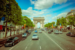 Όμορφη θερινή άποψη Champs Elysees και τόξο de Στοκ Εικόνα