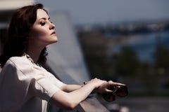 όμορφη θερινή γυναίκα φορεμάτων υπαίθρια Στοκ Φωτογραφίες