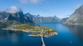 Όμορφη θερινή εναέρια άποψη Reine, Νορβηγία, νησιά Lofoten, με τον ορίζοντα, βουνά, διάσημο ψαροχώρι με την κόκκινη αλιεία γ στοκ φωτογραφία με δικαίωμα ελεύθερης χρήσης