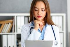 Όμορφη θηλυκή λαβή γιατρών στο μαξιλάρι όπλων Στοκ φωτογραφία με δικαίωμα ελεύθερης χρήσης