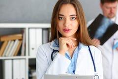 Όμορφη θηλυκή λαβή γιατρών στο μαξιλάρι όπλων Στοκ Εικόνα