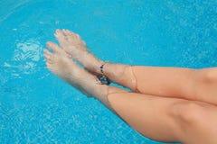 όμορφη θηλυκή λίμνη ποδιών Στοκ Εικόνες