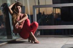 Όμορφη θηλυκή πρότυπη τοποθέτηση μόδας Στοκ Εικόνες