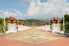 Όμορφη διάβαση πεζών στο βασιλικό περίπτερο στο ύφος Lanna, Ταϊλάνδη Στοκ εικόνα με δικαίωμα ελεύθερης χρήσης
