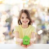 Όμορφη διακοπή σπιτιών εγγράφου εκμετάλλευσης μικρών κοριτσιών στοκ φωτογραφία με δικαίωμα ελεύθερης χρήσης