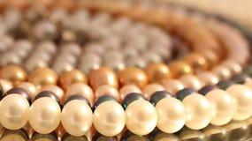 Όμορφη διακόσμηση των χρωματισμένων μαργαριταριών Στοκ Εικόνες