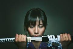 Όμορφη ιαπωνική γυναίκα με το ξίφος Σαμουράι Στοκ Εικόνες