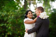 Όμορφη ινδική νύφη και καυκάσιος νεόνυμφος, στο θερινό πάρκο ευτυχείς νεολαίες γυ& Νεαρός άνδρας που χαμογελά, ζεύγος Στοκ φωτογραφίες με δικαίωμα ελεύθερης χρήσης