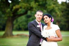 Όμορφη ινδική νύφη και καυκάσιος νεόνυμφος, στο θερινό πάρκο ευτυχείς νεολαίες γυ& Νεαρός άνδρας που χαμογελά, ζεύγος Στοκ φωτογραφία με δικαίωμα ελεύθερης χρήσης