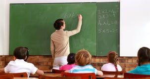 Όμορφη διδασκαλία δασκάλων math στην κατηγορία της και χαμόγελο στη κάμερα απόθεμα βίντεο