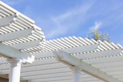 Όμορφη κάλυψη Patio σπιτιών ενάντια σε έναν μπλε ουρανό Στοκ Φωτογραφία