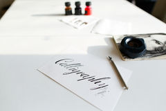 Όμορφη κάρτα με την καλλιγραφική επιγραφή του μαύρου μελανιού επάνω Στοκ Φωτογραφίες