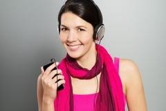 Όμορφη καθιερώνουσα τη μόδα γυναίκα που ακούει τη μουσική στοκ φωτογραφία με δικαίωμα ελεύθερης χρήσης