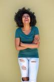Όμορφη καθιερώνουσα τη μόδα γυναίκα που γελά με τα όπλα που διασχίζονται στοκ φωτογραφίες