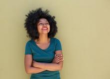 Όμορφη καθιερώνουσα τη μόδα γυναίκα που στέκεται και που χαμογελά με τα όπλα που διασχίζονται Στοκ φωτογραφία με δικαίωμα ελεύθερης χρήσης