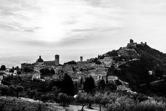 Όμορφη και ασυνήθιστη άποψη της πόλης Ουμβρία, Ιταλία Assisi στον ήλιο Στοκ Φωτογραφίες