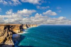 όμορφη και διάσημη μεγάλη αυστραλιανή επιφυλακή κολπίσκων στους απότομους βράχους Campside, Αυστραλία Bunda στοκ εικόνες με δικαίωμα ελεύθερης χρήσης
