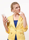 Όμορφη και ευφυής γυναίκα σε ένα επιχειρησιακό κοστούμι που κρατά έναν όχλο Στοκ Εικόνες