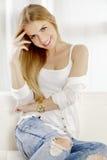 Όμορφη και ελκυστική ξανθή τοποθέτηση γυναικών στο φόρεμα τζιν παντελόνι στοκ εικόνα με δικαίωμα ελεύθερης χρήσης