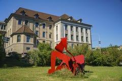 Όμορφη και ιστορική παλαιά οδός με το αντικείμενο τέχνης της Ζυρίχης Στοκ εικόνες με δικαίωμα ελεύθερης χρήσης