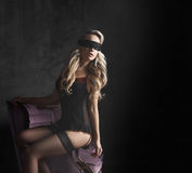 Όμορφη και νέα τοποθέτηση γυναικών προκλητικό lingerie και τις γυναικείες κάλτσες Στοκ Φωτογραφίες