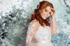 Όμορφη και ρομαντική νύφη στο γαμήλιο φόρεμα με τα μακριά μανίκια Νέα κοκκινομάλλης γυναίκα στο γαμήλιο φόρεμα Στοκ εικόνες με δικαίωμα ελεύθερης χρήσης