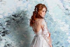 Όμορφη και ρομαντική νύφη στο γαμήλιο φόρεμα με τα μακριά μανίκια Νέα κοκκινομάλλης γυναίκα στο γαμήλιο φόρεμα Στοκ φωτογραφία με δικαίωμα ελεύθερης χρήσης