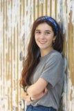 Όμορφη καρφίτσα γυναικών χαμόγελου καυκάσια νέα επάνω στον τρόπο ζωής Στοκ φωτογραφίες με δικαίωμα ελεύθερης χρήσης