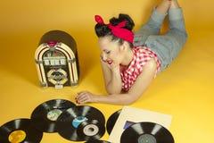 Όμορφη καρφίτσα πορτρέτου που ακούει επάνω τη μουσική σε ένα παλαιό jukebox ρ στοκ φωτογραφίες