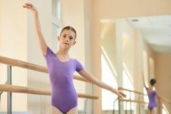 Όμορφη κατάρτιση κοριτσιών στο σχολείο μπαλέτου Στοκ εικόνες με δικαίωμα ελεύθερης χρήσης