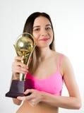 Όμορφη κατάλληλη άσκηση γυναικών, που κρατά έναν αλτήρα Στοκ Φωτογραφίες
