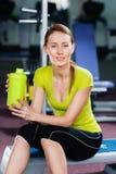 Όμορφη κατάλληλη νέα γυναίκα με το μπουκάλι νερό στα χέρια της Στοκ Εικόνες