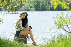 Όμορφη κατανάλωση κοριτσιών brunette take-$l*away Στοκ εικόνες με δικαίωμα ελεύθερης χρήσης