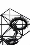 Όμορφη κατασκευή χάλυβα Tetrahedron σε Bottrop, North Rhine-Westphalia, Γερμανία που λαμβάνεται από κάτω από ενάντια στον άσπρο ο στοκ φωτογραφίες