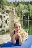 Όμορφη καυκάσια γυναίκα που κάνει την ικανότητα υπαίθρια Στοκ Εικόνα