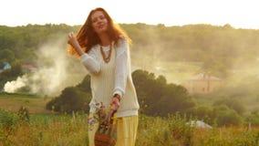 Όμορφη καυκάσια γυναίκα που περπατά από τον τομέα της Προβηγκίας που απολαμβάνει το χρόνο και τον ήλιο μικρό ταξίδι χαρτών του Δο απόθεμα βίντεο