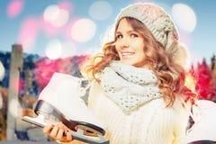 Όμορφη καυκάσια γυναίκα που πηγαίνει στο πατινάζ πάγου υπαίθριο Στοκ Εικόνα