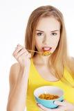 Όμορφη καυκάσια γυναίκα που τρώει τα δημητριακά. στοκ φωτογραφία με δικαίωμα ελεύθερης χρήσης