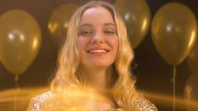 Όμορφη καυκάσια γυναίκα που φλερτάρει και που χαμογελά στο κόμμα, που εξοικειώνεται απόθεμα βίντεο