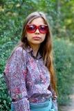 Όμορφη καυκάσια γυναίκα στην οδό Στοκ Εικόνες