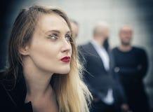 Όμορφη καυκάσια θηλυκή τοποθέτηση τραγουδιστών για το διαφημιστικό υλικό Στοκ φωτογραφία με δικαίωμα ελεύθερης χρήσης