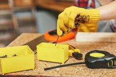 Όμορφη καυκάσια νέα γυναίκα που εργάζεται στο εργαστήριο ξυλουργικής στην επιτραπέζια θέση στοκ εικόνες