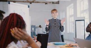 Όμορφη καυκάσια νέα χιλιετής εργαζόμενη γυναίκα οικότροφων γραφείων  φιλμ μικρού μήκους