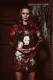 Όμορφη καφετιά Ευρωπαία γυναίκα τρίχας στην κομψή τοποθέτηση φορεμάτων colorfull Στοκ εικόνες με δικαίωμα ελεύθερης χρήσης
