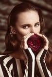Όμορφη καφετιά Ευρωπαία γυναίκα τρίχας στην κομψή τοποθέτηση φορεμάτων colorfull Στοκ φωτογραφία με δικαίωμα ελεύθερης χρήσης