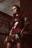 Όμορφη καφετιά Ευρωπαία γυναίκα τρίχας στην κομψή τοποθέτηση φορεμάτων colorfull Στοκ φωτογραφίες με δικαίωμα ελεύθερης χρήσης