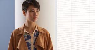 Όμορφη κινεζική γυναίκα που φορά τα εκλεκτής ποιότητας ενδύματα στοκ εικόνες με δικαίωμα ελεύθερης χρήσης