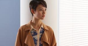 Όμορφη κινεζική γυναίκα που φορά τα εκλεκτής ποιότητας ενδύματα στοκ εικόνες