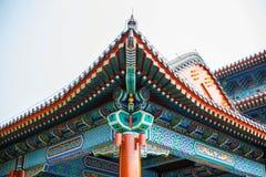 Όμορφη κινεζική χρωματισμένη στέγη με τις διακοσμήσεις Στοκ φωτογραφία με δικαίωμα ελεύθερης χρήσης