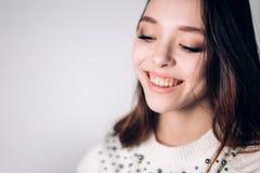 Όμορφη κινηματογράφηση σε πρώτο πλάνο γυναικών χαμόγελου νέα Ευτυχές κορίτσι που γελά στο άσπρο υπόβαθρο snowdrift μόδας συγκίνησ στοκ φωτογραφίες
